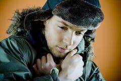 Hombre en capa del invierno Fotos de archivo