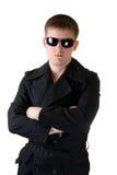 Hombre en capa negra con las gafas de sol Fotos de archivo libres de regalías