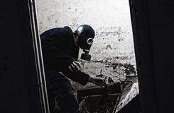 Hombre en careta antigás Foto de archivo libre de regalías