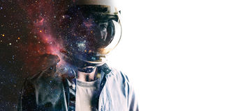 Hombre en casco con el cielo estrellado en el escudo Fotos de archivo