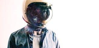 Hombre en casco con el cielo estrellado en el escudo Fotografía de archivo