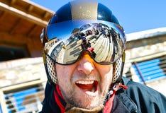 Hombre en casco del esquí Imagen de archivo