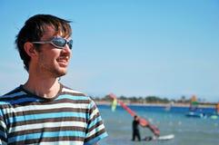 Hombre en centro turístico del mar Foto de archivo libre de regalías