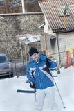 Hombre en chaqueta con el esquí y la elevación Imagenes de archivo