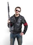 Hombre en chaqueta de cuero, gafas de sol y cigarro negros con la escopeta Fotografía de archivo libre de regalías