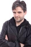 Hombre en chaqueta de cuero negra negra con el capo motor Fotos de archivo libres de regalías