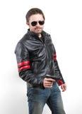 Hombre en chaqueta de cuero y gafas de sol negras con el arma Imagen de archivo