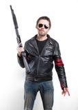 Hombre en chaqueta de cuero y gafas de sol negras con la escopeta Fotos de archivo libres de regalías