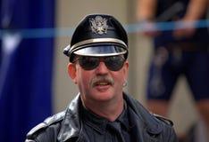Hombre en chaqueta de cuero y sombrero negros Fotos de archivo libres de regalías