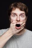 Hombre en choque después de encontrar noticias secretas Fotografía de archivo libre de regalías