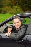 Hombre en coche imagenes de archivo