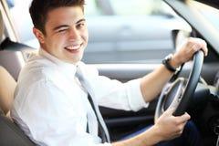Hombre en coche que guiña el ojo Imagenes de archivo