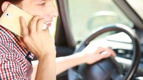Hombre en coche que habla en el teléfono almacen de video