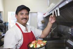 Hombre en cocina del restaurante imagen de archivo libre de regalías