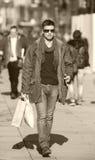 Hombre en compras Imagenes de archivo