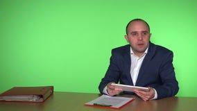 Hombre en concepto de la reunión de negocios de la oficina El jefe masculino da las pedidos para los trabajadores almacen de metraje de vídeo
