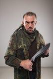 Hombre en cuchillo que se sostiene uniforme del soldado fotos de archivo libres de regalías