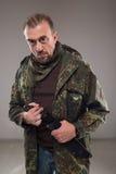 Hombre en cuchillo que se sostiene uniforme del soldado imagen de archivo libre de regalías
