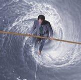 Hombre en cuerda de volatinero sobre torbellino