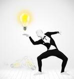 Hombre en cuerpo completo con la bombilla que brilla intensamente Imagen de archivo libre de regalías