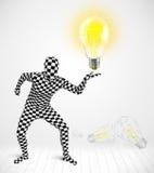 Hombre en cuerpo completo con la bombilla que brilla intensamente Foto de archivo libre de regalías