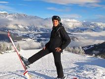 Hombre en cuesta del esquí Imagen de archivo