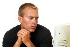 Hombre en cuestión que mira el ordenador Fotos de archivo libres de regalías