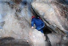 Hombre en cueva imagenes de archivo