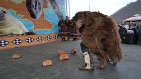 Hombre en danzas de la piel de oso con las mujeres en la ropa nacional Kamchatka indígena almacen de metraje de vídeo