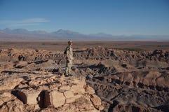 Hombre en Death Valley, desierto de Atacama, Chile foto de archivo