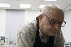Hombre en delantal fotografía de archivo libre de regalías