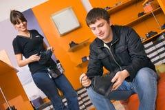 Hombre en departamento de zapato Foto de archivo