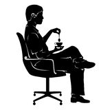 Hombre en descanso para tomar café en silla de la oficina Imagen de archivo libre de regalías