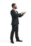 Hombre en desgaste formal usando smartphone Fotografía de archivo