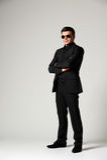 Hombre en desgaste formal y gafas de sol Fotos de archivo libres de regalías