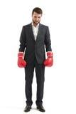Hombre en desgaste formal y guantes de boxeo Imagenes de archivo