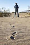 Hombre en desierto Foto de archivo libre de regalías