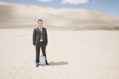 Hombre en desierto con la botella de agua Foto de archivo libre de regalías