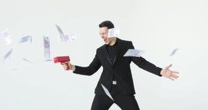 Hombre en dinero que lanza del traje Negocio acertado o ganar la lotería arma del dinero del cañón del efectivo Cámara lenta metrajes