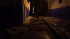 Hombre en djellaba marroqu? tradicional que camina en la calle de Rabat Kasbah, la capital de Marruecos metrajes