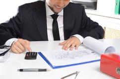 Hombre en documentos de firma del traje Fotografía de archivo libre de regalías