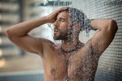 Hombre en ducha imagenes de archivo
