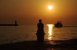 Hombre en el acceso que espera al barco Imagenes de archivo