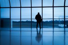 Hombre en el aeropuerto Foto de archivo libre de regalías