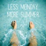 Hombre en el agua y el texto menos lunes más verano Imagen de archivo