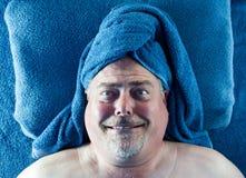 Hombre en el balneario con la expresión facial tonta Foto de archivo