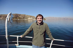 Hombre en el barco de motor Fotos de archivo