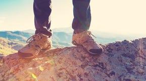Hombre en el borde de un acantilado Fotografía de archivo libre de regalías