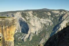 Hombre en el borde del acantilado en el punto de Taf, Yosemite Imagenes de archivo