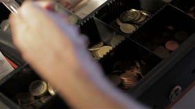 Hombre en el cajón del efectivo almacen de video
